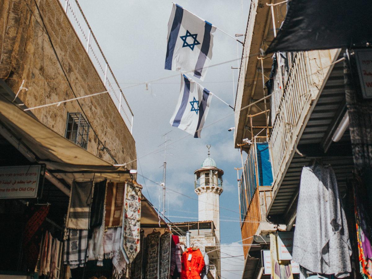 Eine Straße in Jerusalem mit israelischen Flaggen.